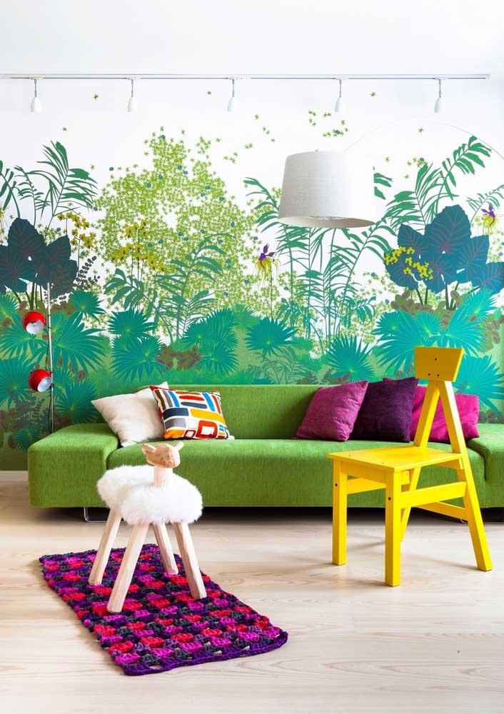 Sofá verde para a sala moderna. Os tons de rosa, roxo e amarelo formam uma composição perfeita