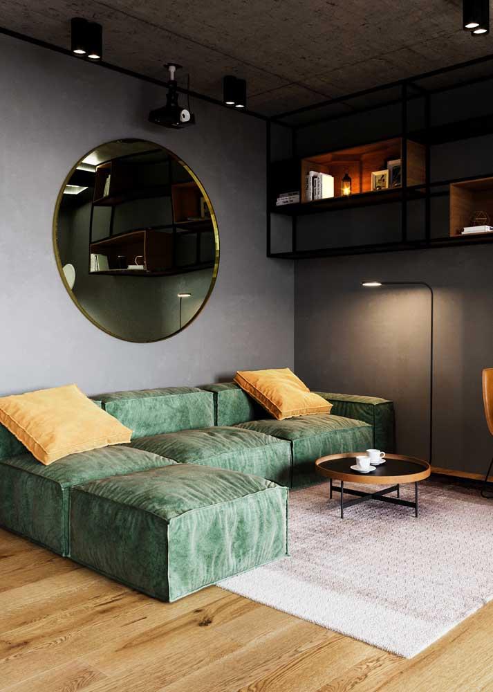 Sofá verde na parede cinza: opção para quem gosta de decorações neutras e modernas