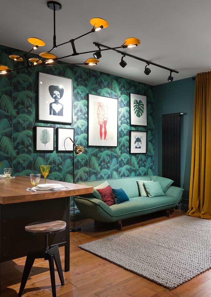 Sofá verde claro camuflado a frente do papel de parede da mesma cor