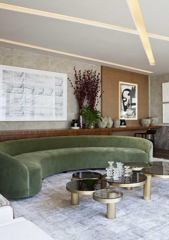 Um luxo esse sofá verde musgo com forma orgânica