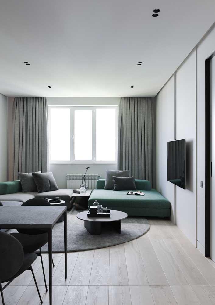 Uma decoração moderna e elegante em tons de branco e cinza com destaque para o sofá verde