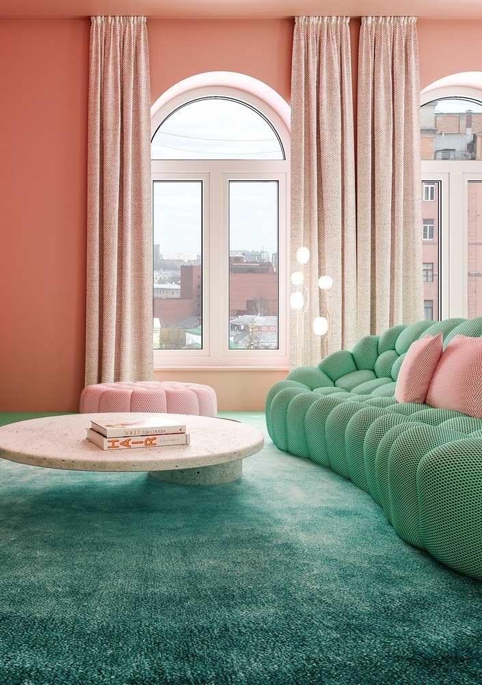 Que tal essa composição? Sofá verde água, parede rosa e tapete azul