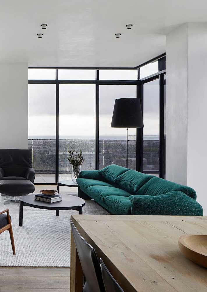 Decoração minimalista com sofá verde. Um arraso!