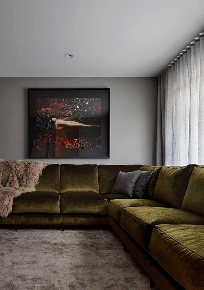 Sofá verde de veludo e de canto para resolver todo o espaço dessa sala grande