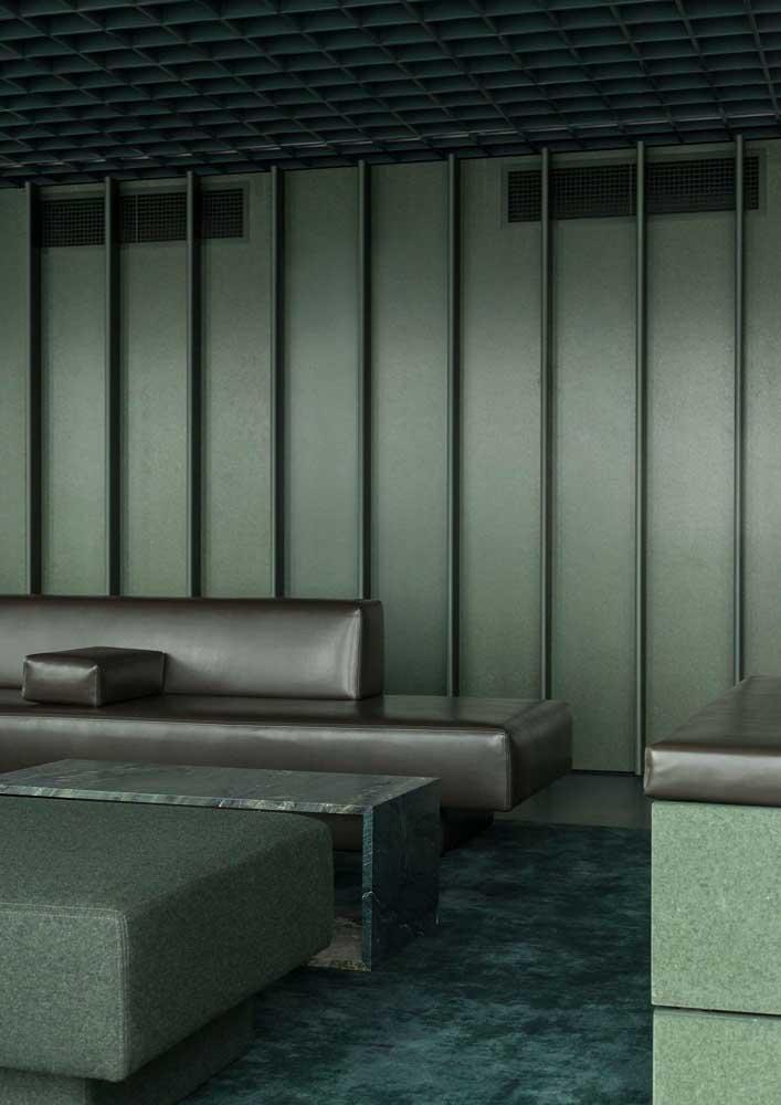 Verde no sofá, na parede, no teto e no piso