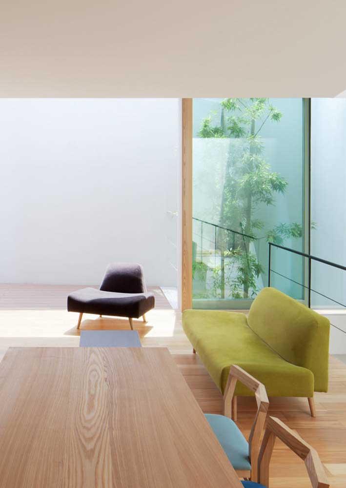 Sofá verde combinando com a poltrona roxa