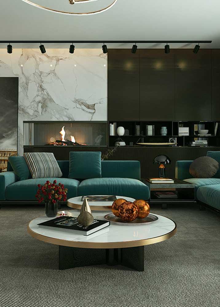 Quase chegando no azul, esse sofá verde escuro trouxe sofisticação para a sala