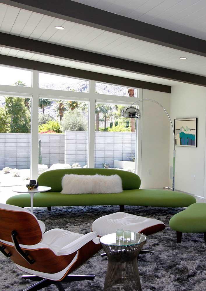 Nessa outra sala, o sofá verde traz descontração e bom humor