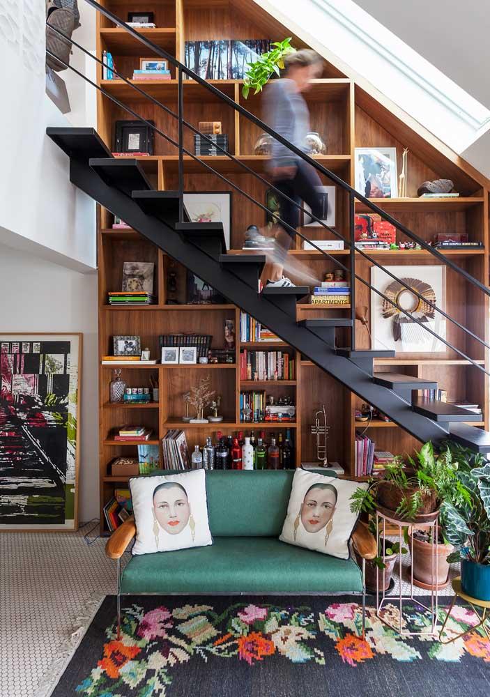 Delicado e charmoso, esse sofá namoradeira é o grande destaque dessa pequena sala
