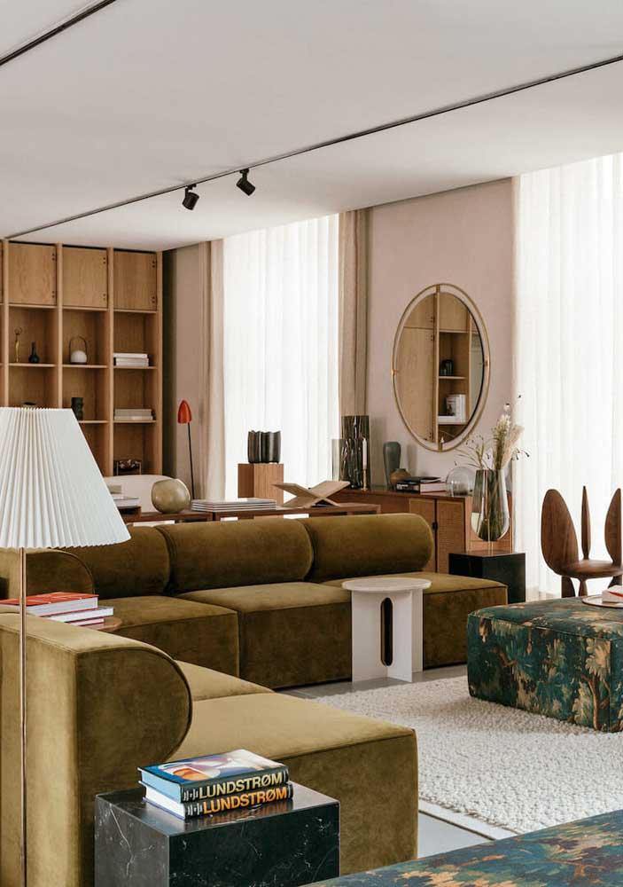 Tons neutros e claros se harmonizam muito bem com o sofá verde musgo