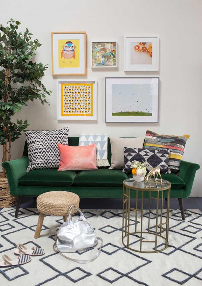 Sofá verde esmeralda de veludo no bom e velho estilo retrô