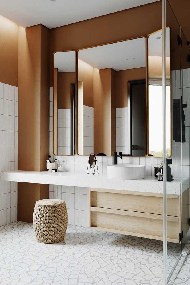Bancada de banheiro com gavetas e espaço para penteadeira