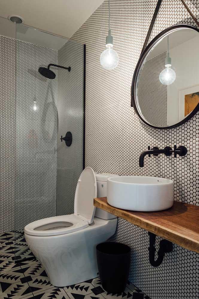 Banheiro moderno com uma bancada simples e despretensiosa de madeira