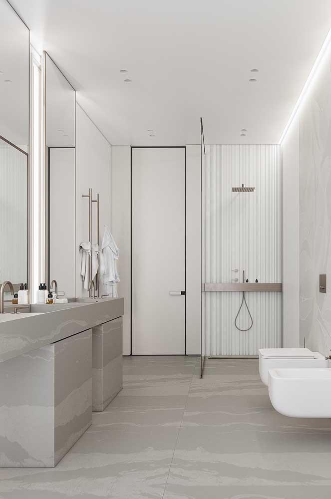 O cinza foi a cor escolhida para a bancada do banheiro grande