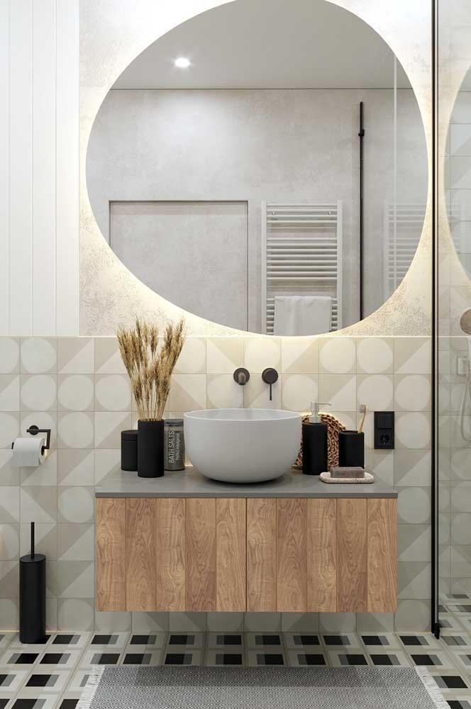 Bancada de banheiro organizada com itens do dia a dia