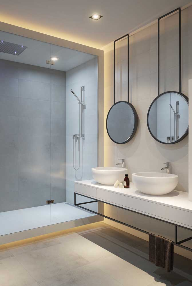 Bancada dupla de granito no banheiro moderno