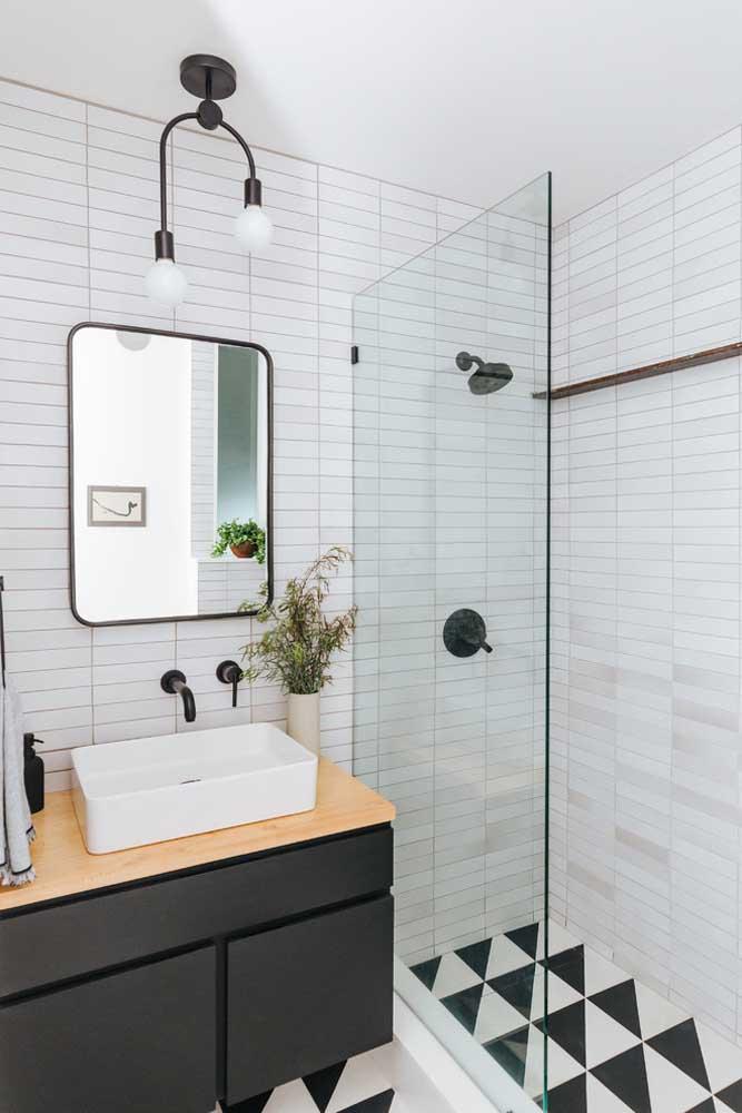 Bancada simples e pequena, mas que combina em tudo com o banheiro