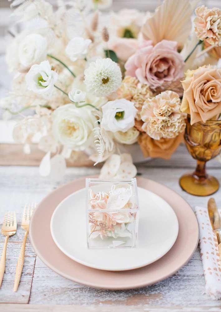 As flores complementam a decoração da mesa do chá de bebê
