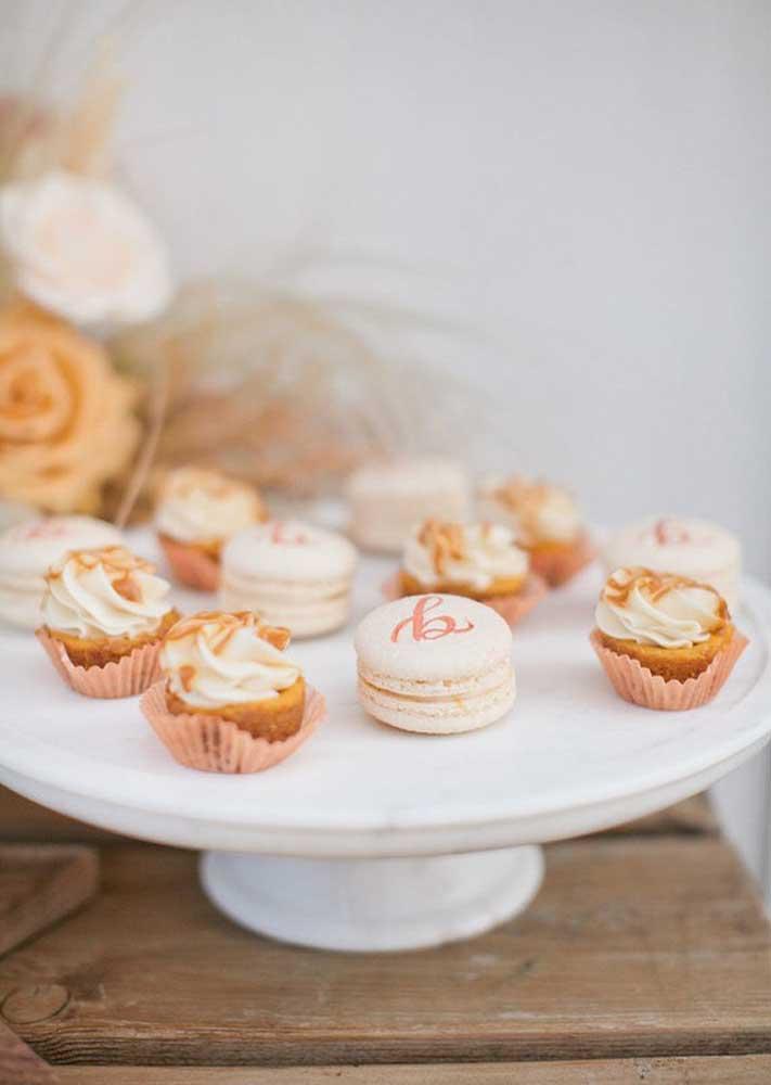 Ideia do que servir no chá de bebê: macarons e cupcakes