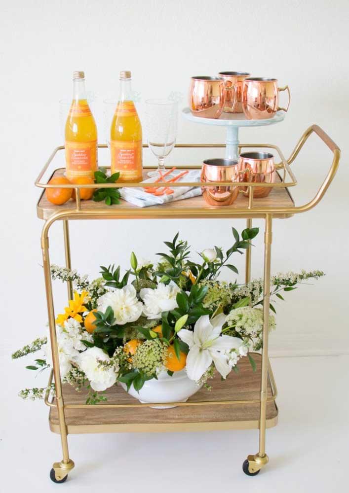 Sobre o carrinho de chá você pode servir os drinques e sucos