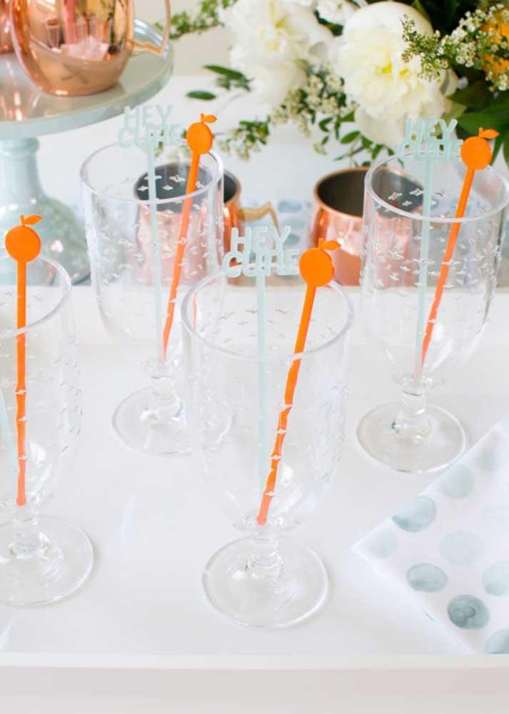 Um charme a mais para os copos com os canudos decorados