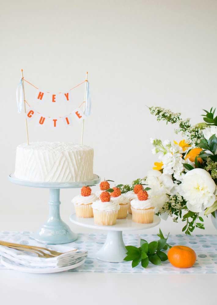 Bolo para chá de bebê simples acompanhando de cupcakes