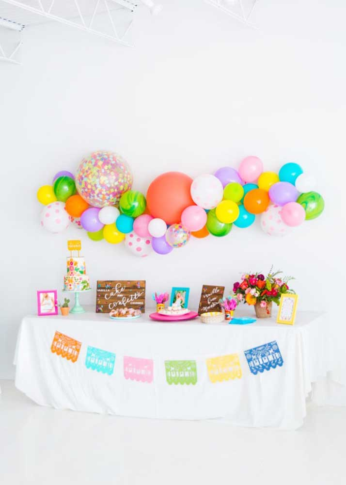 Balões e bandeirolas para o tema de chá de bebê moderno