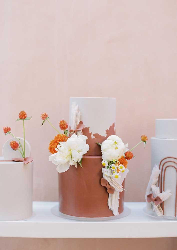 Bolo chá de bebê decorado com calda de chocolate e flores