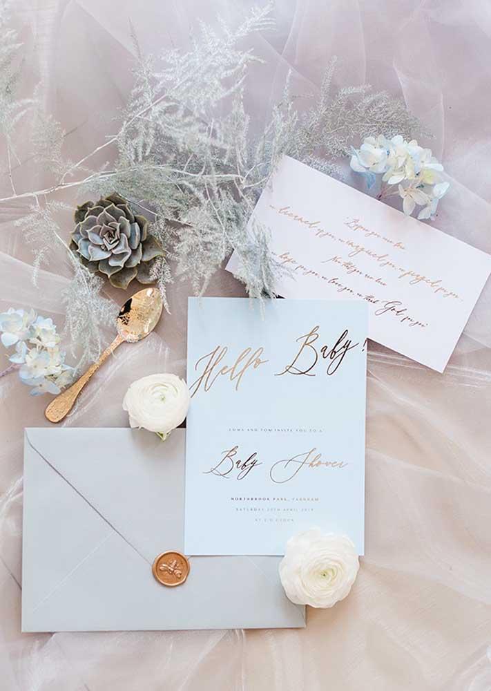 Chá de bebê luxo com convites impressos e talheres dourados compondo a decoração