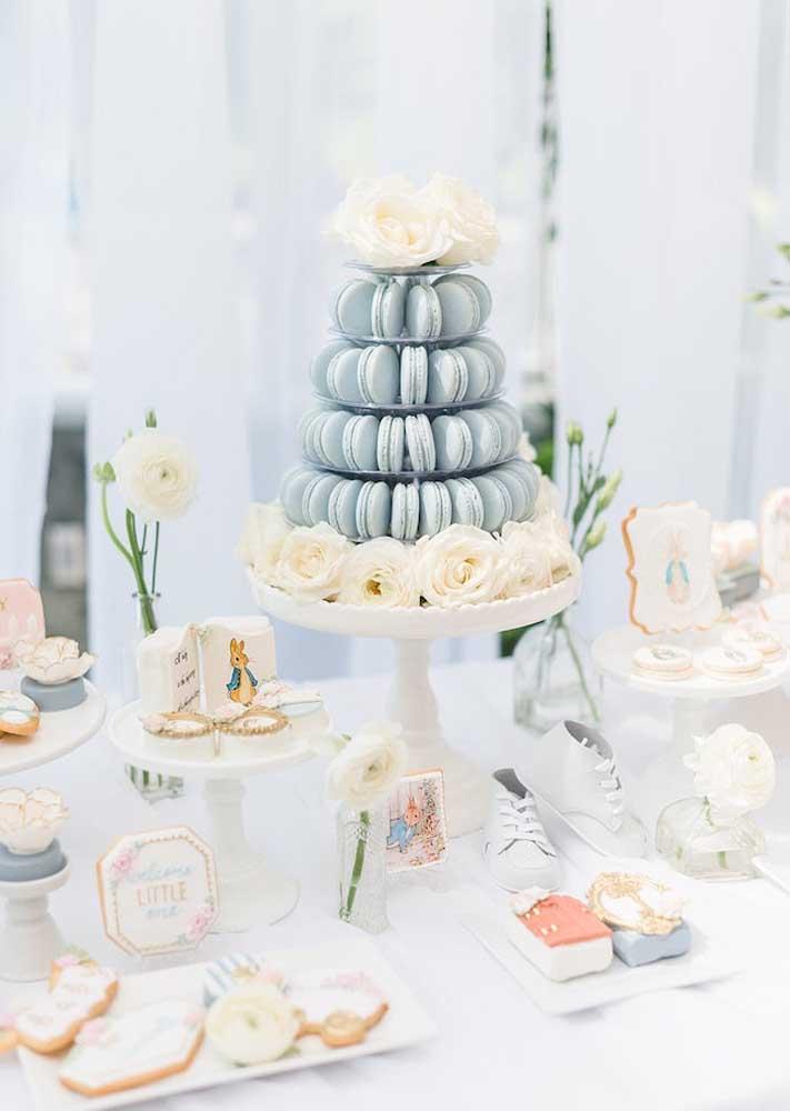 No lugar do bolo de chá de bebê, uma torre de macarons