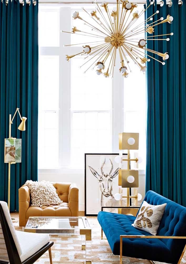 Lustre para sala com braços modernos e em tom dourado para combinar com o restante do ambiente