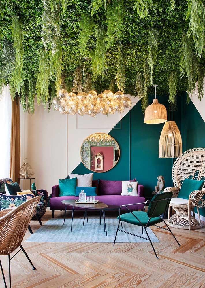 A sala de estar cheia de natureza apostou em lustres rústicos para completar a decoração
