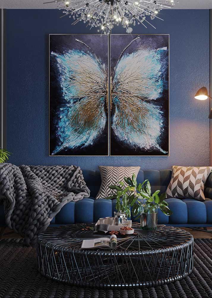 Aberto igual às asas da borboleta. Repare que a simetria entre o quadro e o lustre é perfeita