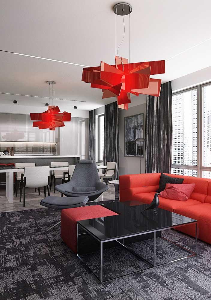 Lustre vermelho para combinar com o sofá