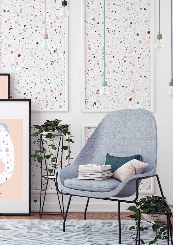 Lustres coloridos seguindo as cores do granilite da parede