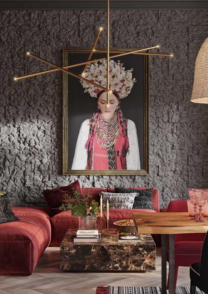Textura de parede rústica em contraste com a decoração de estilo sofisticada