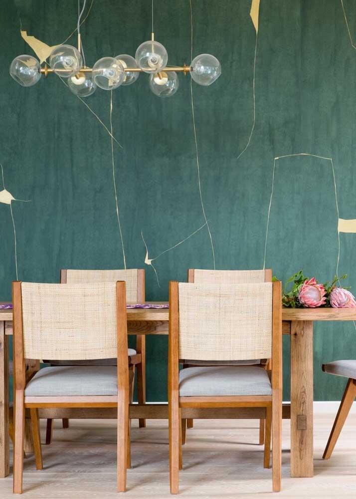 Um discreto efeito de mármore na parede da sala de jantar