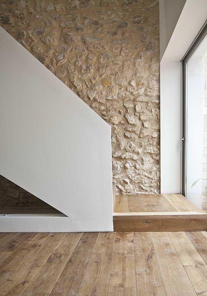 Pedras para valorizar a parede da escada