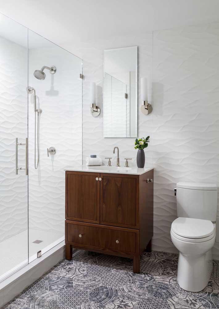 Textura 3D no banheiro para quebrar o padrão dos revestimentos brancos