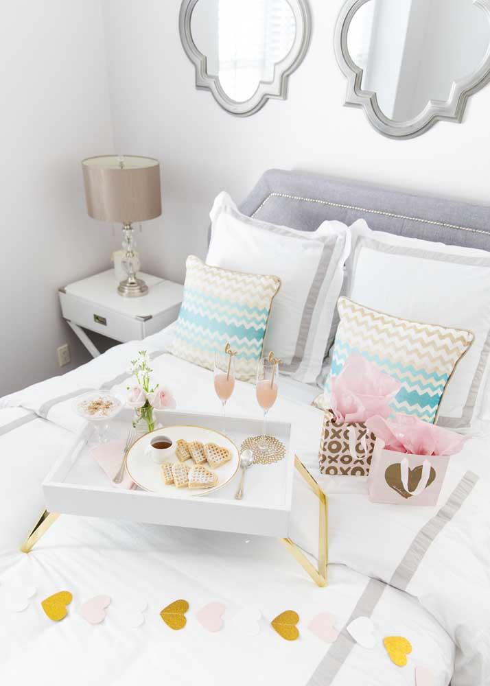Café da manhã na cama romântico com direito a waffles em coração