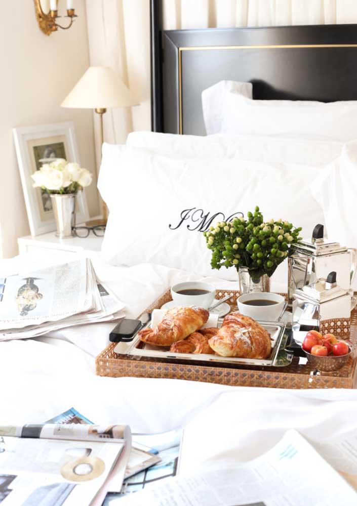 Café da manhã na cama para namorado: croissants e café no menu