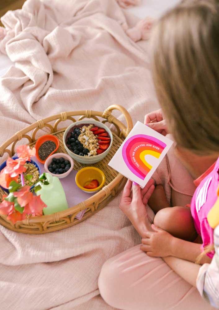 Café da manhã de aniversário na cama. Não se esqueça do cartão!