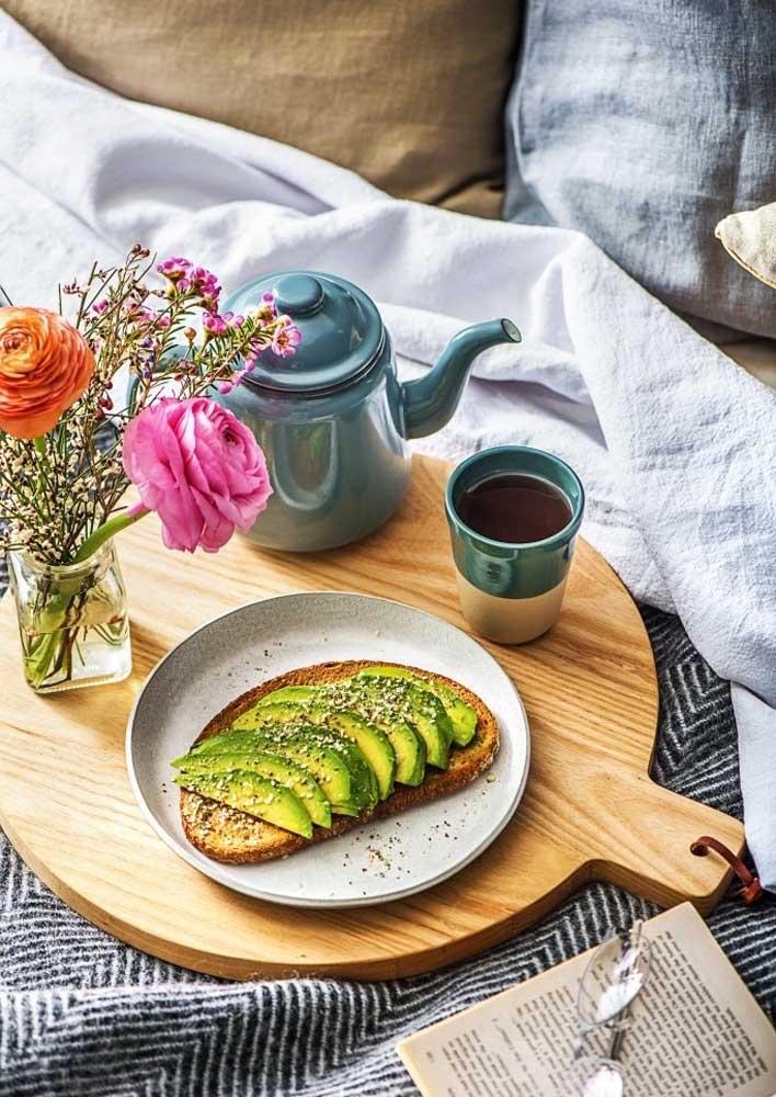 Café da manhã na cama simples e saudável com pão e abacate
