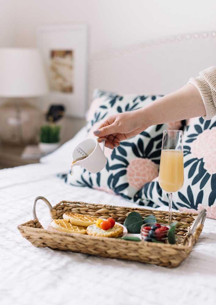 Café da manhã na cama de aniversário com as guloseimas que a pessoa mais gosta