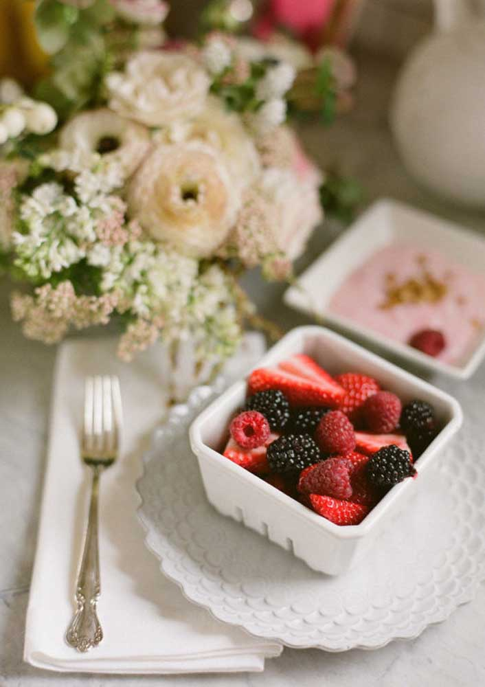 As flores e as frutas dão um toque especial a decoração da bandeja