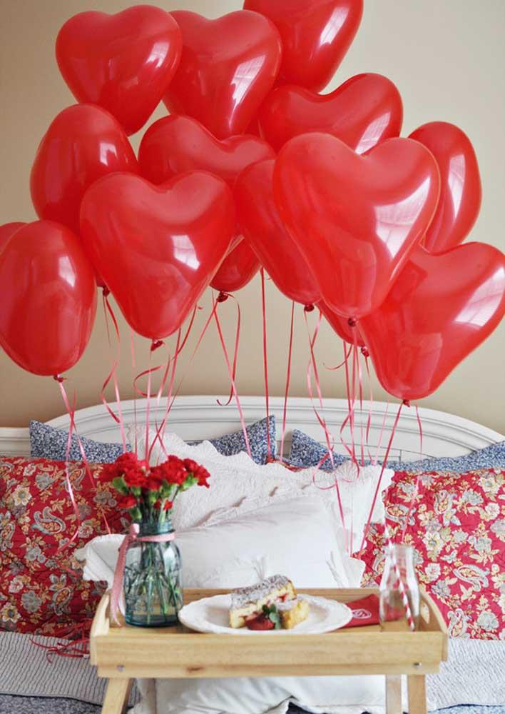 Café da manhã na cama romântico decorado com balões