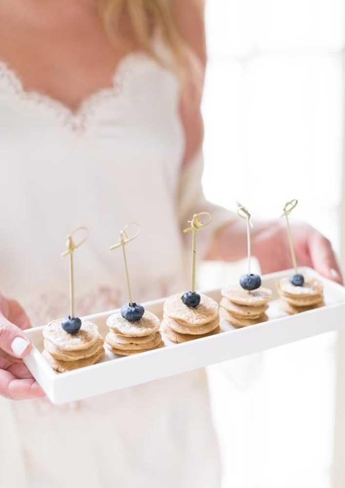 Simplicidade elegante para o café da manhã na cama romântico