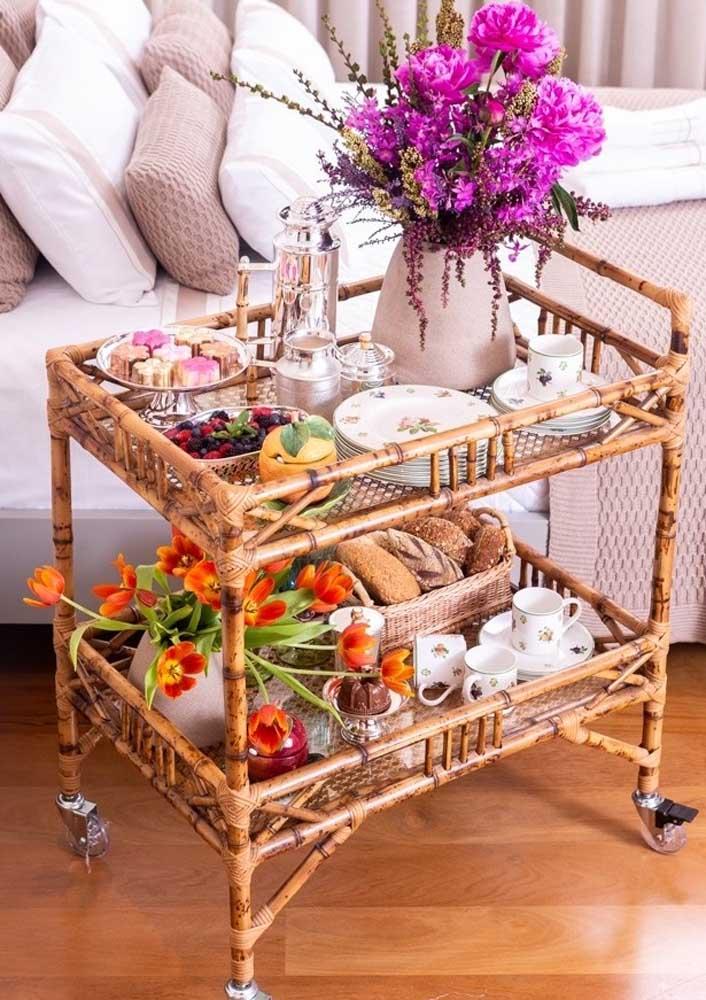 Que tal usar o carrinho de chá para servir o café da manhã de aniversário na cama?