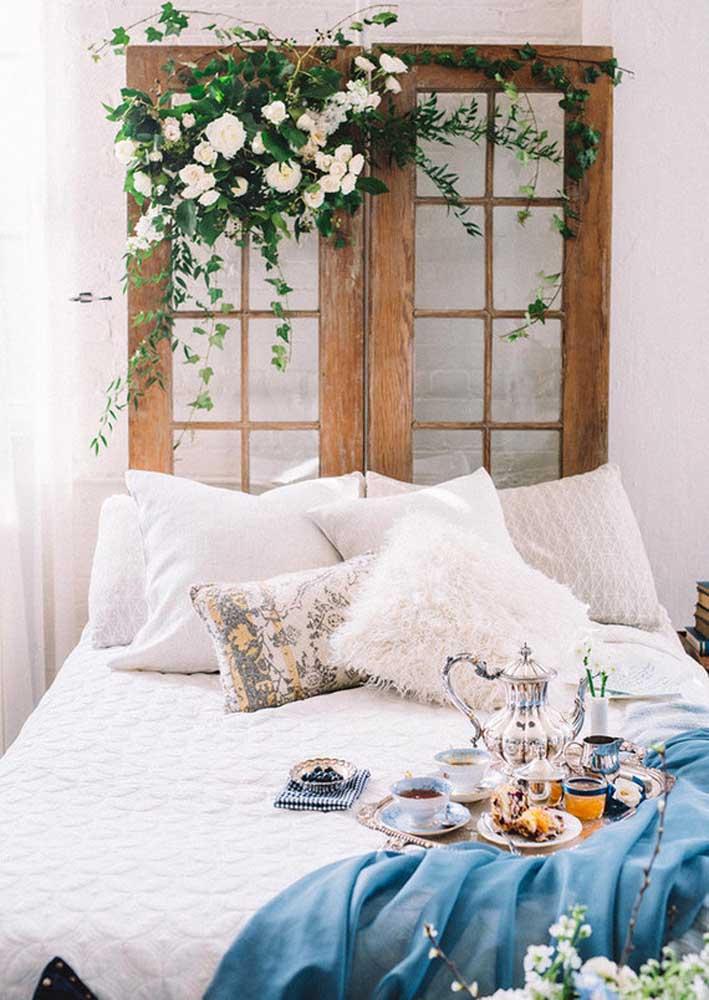 Louças de prata para um café da manhã na cama de luxo