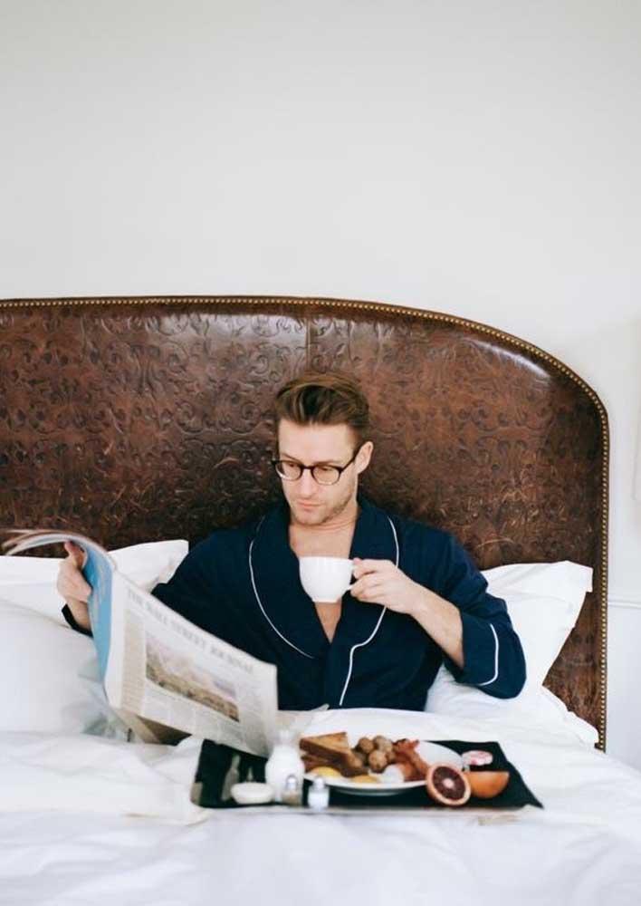 Bom dia com café da manhã na cama lendo o jornal